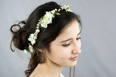 This head wreath has a rustic chic look with these ivory flowers and green and ivory berries. It is made with a sturdy yet flexible material that ...