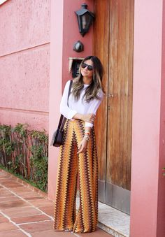 calça pantalona / calça estampada / calça cintura alta / basic chic outfit / stylish look / white shirt / chic women Women's Summer Fashion, Boho Fashion, Fashion Looks, Fashion Trends, Fashion Moda, Pants Outfits, Chic Outfits, Look Boho, Look Chic