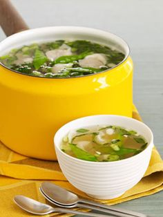 Wacky Wonton Soup -This Asian style meatless soup is made with frozen wontons. It's like having an appetizer in your dinner instead of before it. Chowder Recipes, Soup Recipes, Vegetarian Recipes, Cooking Recipes, Soups For Kids, Kids Soup, Asian Soup, Chili Soup, Soups