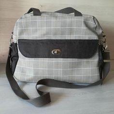 """la boite à fils de Mélie sur Instagram: Voici un sac à langer qui sera offert prochainement à une future maman, qui le voulait classe et sobre, qui ne fasse pas trop """"sac à…"""