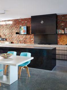 Дизайн кухни 2015: современные идеи, яркие интерьеры (68 фото) http://happymodern.ru/dizajn-kuxni-2015-sovremennye-idei-yarkie-interery-68-foto/ Яркие стулья в интерьере кухни стиля лофт