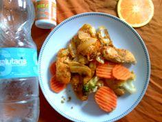 Trozos de pechuga sin piel con vegetales californianos rebosados en cebolla, pimientos, ajo, paprika y pimienta.  Incluye una fruta y mucha agua.