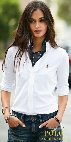 Une icône réinventée : découvrez la nouvelle chemise Oxford en maille signée Polo Ralph Lauren pour femmes. Inspiré de deux grands classiques, ce chemisier en coton piqué allie la coupe ajustée d'une chemise Oxford au confort d'un polo. Une coupe cintrée flatteuse, des boutons en nacre véritable et un poney distinctif multicolore complètent cette pièce polyvalente.