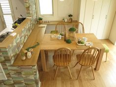 デスクカウンターとテーブルをくっつけたり、離したり!高さが同じだからできる家具の配置術