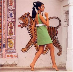 love the adorable shape of this shift dress with high waist for summer spa trips on days out! Simone d'Aillencourt, Having worked in fashion photography since SUMMER THE CITY OF DREAMS, UDAIPUR – INDIA, Vogue June 1967 . 60s And 70s Fashion, Retro Fashion, Vintage Fashion, Vintage Style, Vintage Classics, Vintage Couture, Vintage Diy, Peter Lindbergh, Richard Avedon