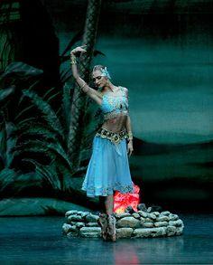 Irina Kolesnikova in La Bayadère. Photo (c) Konstantin Tachkin. ballerina dance beauty elegant female pose