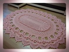 this would be a pretty place mat . maybe a filet center? Crochet Doily Rug, Crochet Rug Patterns, Crochet Carpet, Crochet Curtains, Doily Patterns, Crochet Squares, Crochet Home, Thread Crochet, Diy Crochet