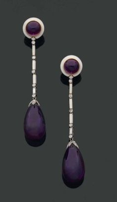 CARTIER. 1920s. RARE PAIR long earrings ending in a pear cabochon amethyst Pavé pellet rose cut diamonds. They are retained by a chain link white enamel stick to all sides, baguette diamonds and polished. The round ear design wearing a amethyst cabochon in a circle of white enamel. Frame gold and platinum (posterior ear system). Signed. Length: 8.2 cm.