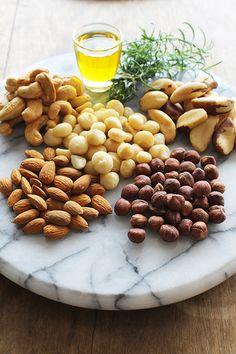 Nuts Ingr.:100g d amênd /100g d cast Par/100g d cast caj /folhinhas alecrim 5 col (sop) d azeite 1 col (café) d páprica def/1 col (sopa) de mix d piment moídas  (rosa, preta e bca)/1 col (café) d sal  Prep: 1 tigela mist todas as nuts e adic pimenta moída, sal, páprica def, o alecrim picado e regue c azeite. Mist tdo e transf p 1 assad. Leve p assar a 180º (forno preaq 10 min) p 15 min,retire d forno e dx esfriar n assad. Dep d frio coloq potes c tamp e mant vedado p até 1 sem em l fresco