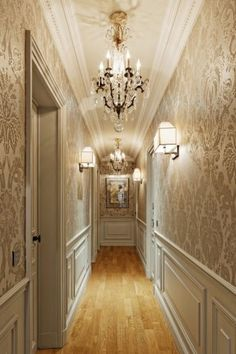 Tips and inspirations for decorating corredor.Na time to decorate we can not forget the passing environments such as hall and corredor. Classic Interior, Luxury Interior, Home Interior Design, Interior Architecture, Bedroom Classic, Flur Design, Hallway Designs, Trendy Home, Ceiling Design