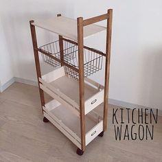 女性で、2LDKの部屋全体/塩系インテリアの会/シンプル/片付け/キッチン収納/キッチン雑貨…などについてのインテリア実例を紹介。「冷蔵庫と食器棚の間が空いていたので キッチンワゴンを作りました(^^♪♥︎∗*゚  今回はダイソーの商品少しと ほかは全てセリアの商品だけで作りました♡♡ 高さも90cmと大きめです(^^)  カフェグッズが増えてきたので そういった小物をしまったり 買ってきたものをとりあえずしまったり…  使い方はたくさんありそうです(^^♪」(この写真は 2016-01-26 16:04:30 に共有されました)