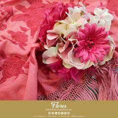 🌸Tu #look de #flamenca te espera en #BlancoAzahar.   #TodosLosColores en más de 100 especies de flores.    #ModaFlamenca #FeriadeAbril #FeriadeAbril2018 #Sevilla #floresflamenca #Mantoncillo #Flordeflamenca #Pendientesdeflamenca #Margaritas Orange Blossom, Margaritas, Flamingo, Sevilla
