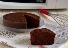 La torta al cioccolato al microonde è una golosa torta pronta in meno di 15 minuti e perfetta per colazione, merenda o come fine pasto.