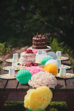Värikäs juhlakattaus / colorful table setting #juhlahumua #party #partydecorations #paperdecorations #juhlat #gardenparty #puutarhajuhlat