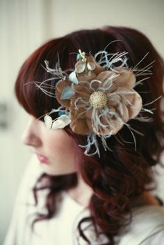 New MARC TYLOR loop ivory HESSIAN feather FASCINATOR headpiece ON COMB RRP£ 28
