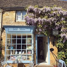 This quaint bookshop and cafe can be found in Stow-on-the-Wold in the Cotswolds. Can't you just imagine yourself sitting here with a cup of tea and a good book? Thanks to @woman.meets.world for this lovely shot. #LoveGREATBritain #England