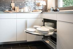 Küche in Strukturlack weiss und Eiche geräuchert mit Edelstahlabdeckung und versenkbarer Dunstabzughaube Kitchen Island, Home Decor, Island Kitchen, Decoration Home, Room Decor, Interior Decorating