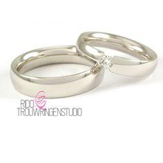 Witgouden Christian Bauer trouwringen 14 karaat. Damesring 4mm is bezet met een briljant geslepen diamant 0.12ct. De heren ring 5,5mm
