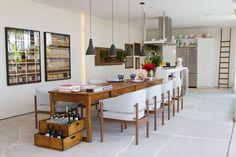 A extensa mesa nessa varanda gourmet permite diversas atividades da casa nesse mesmo ambiente. Ambiente por Dado Castello Branco para Casa Cor São Paulo 2013
