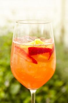 Orange Sangria is refreshing and perfect for summer BBQs Sparkling Sangria, White Sangria, Refreshing Drinks, Summer Drinks, Milkshake, Alcoholic Drinks, Beverages, Bacardi Drinks, Sangria Recipes