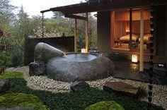 [Giappone] I bagni zen dell'Hotel Gôra Kadan - Vasca allaperto in pietra nera