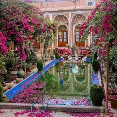 Every home in Iran has a unique garden. For centuries, the people of Persia have made it their goal to own and share a small piece of paradise. This particular oasis located in Yazd - one of the oldest cities in the world. Persian Architecture, Cultural Architecture, Beautiful Architecture, Art And Architecture, Shiraz Iran, Iran Pictures, Beautiful Homes, Beautiful Places, Visit Iran