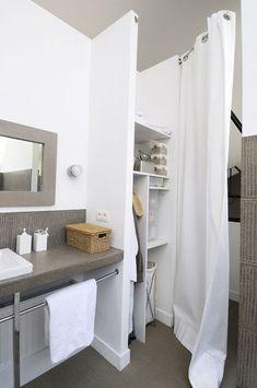 Des rideaux pour délimiter la salle de bains du dressing - 21 belles salles de bains qui optimisent l'espace - CôtéMaison.fr