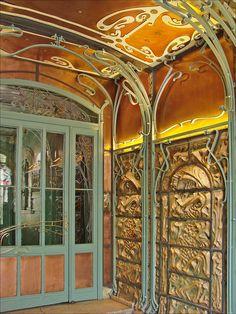 Le hall d'entrée du Castel Béranger (Hector Guimard) by dalbera, via Flickr…