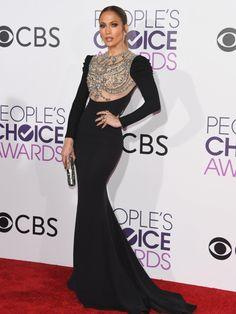 In ihrem atemberaubendem schwarzen Kleid war Jennifer Lopez auf dem Red Carpet der People's Choice Awards 2017 nicht zu übersehen und sorgte für DEN Auftritt des Abends. Wir sind schwer verliebt in die enganliegende Robe von Reem Acra mit glitzerndem Mieder!