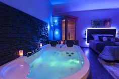 Chambre avec jacuzzi ideal pour une nuit d'amour insolite.