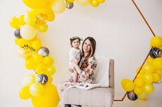 Bee themed first birthday photo shoot! Ideas for Mommy and baby photo shoot. First Birthday Photos, Girl First Birthday, First Birthday Parties, First Birthdays, Balloons Photography, Photography Ideas, Gender Reveal Balloons, Balloon Installation, Online Party Supplies