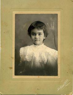 Frida Kahlo, a los dos años, fotografiada por su padre Guillermo