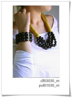 Colección 030m.  Divertida colección realizada a mano con textil de primera calidad, y perlas de semillas brasileñas en color marrón.     Es un diseño espectacular para esta temporata.     Pulsera ajustable. Adornos