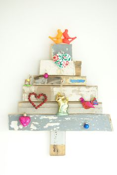 Recycled Wood Christmas Tree - adore this ! Wood Christmas Tree, Noel Christmas, Xmas Tree, All Things Christmas, Winter Christmas, Vintage Christmas, Christmas Decorations, Christmas Ornaments, Green Christmas