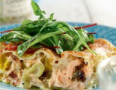 Lime-kalalasagne 1. Valmista juustokastike. Pese lime ja raasta sen kuori. Sulata rasva kattilassa ja sekoita joukkoon jauhot. Anna kiehahtaa, mutta älä ruskista. Lisää maito pienissä erissä koko ajan sekoittaen. Anna hautua hetki. 2. Lisää kastikkeeseen tuorejuusto, raastettu limen kuori ja mehu sekä suola ja pippuri. Hauduta vielä noin 5 minuuttia. 3. Valmista lohikastike. Halkaise, huuhdo …
