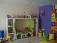 Inspiração para brinquedoteca, estante com espaço para sentar.