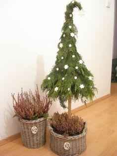 Outdoor Christmas Tree Decorations, Christmas Tree Crafts, Christmas Arrangements, Holiday Tree, Winter Christmas, Christmas Ornaments, Christmas Tree Inspiration, Minimalist Christmas, Victorian Christmas