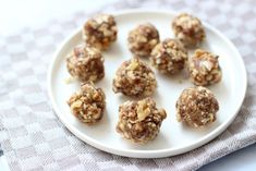 Zin om zelf een lekkere maar toch redelijk gezonde snack te maken? Maak dan eens deze zoete walnotenballetjes met dadels en havermout.