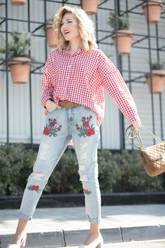 RED VICHY – Mi Aventura Con La Moda. Red gingham shirt+floral print distressed jeans+blush midi heeled pumps+brown chain shoulder bag. Spring Casual Outfit 2017