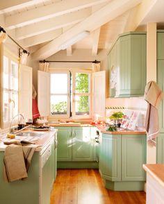 Кухня в рустикальном стиле с мансардной крышей и мебелью цвета verde_335798 9
