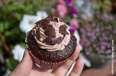 Schokoladen-Cupcakes mit Kakao-Topping und feiner Himbeernote [vegan]   Wos zum Essn