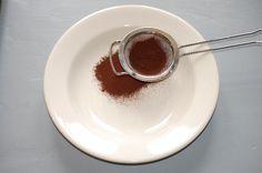 Een recept voor Chocolade truffels – een mooie start van een nieuw blogseizoen. Afgelopen week stuitteik, bij hetopnieuwinrichten van de keuken,toevallig ophet kookboek 'Chocola', van Christine McFadden. Dat