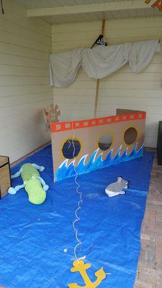 piratenboot foto booth. Gemaakt van kartonnendoos, stok, laken, anker van karton. Dekzeil dient als water  Pirateboot of cardboard.