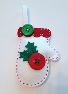 DIY Felt Holly Mitten Ornament KIT por PolkaDotCreek en Etsy