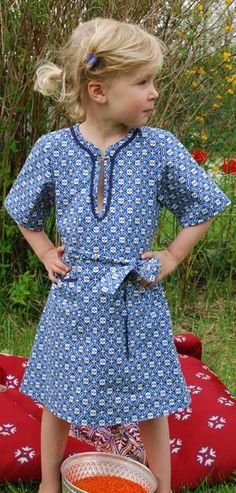 Mädchenkleid:  blaues Muster Ornamente  zwei aufgesetzte Täschchen  Schmuckborte am Halsauschnitt