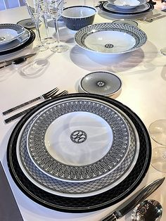 Entertaining inspiration from the 2016 Fall Tabletop Market including options for fall and spring. Black And White Dishes, Luxury Homes Dream Houses, Ceramic Tableware, Dinnerware Sets, Decoration Table, Hermes, Table Settings, Ohio, Aerin Lauder