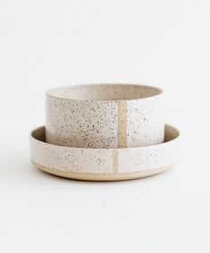 Lines and speckles _______________________________________________________ Phot Pottery Plates, Ceramic Pottery, Ceramic Painting, Ceramic Art, Ceramic Design, Earthenware, Stoneware, Deco Originale, Ceramic Tableware