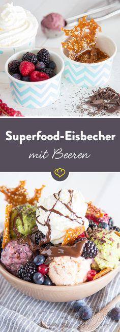 Für den großen Eishunger: Ein Becher vollgepackt mit Superfood-Eiscreme, Sesamkrokant, Sahnehäubchen und jeder Menge frischer Beeren.