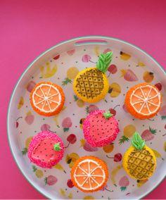 Wat zijn ze toch leuk deze zomerse fruitige cupcakes. Ze zijn van Oh Joy. Nu de zomer steeds dichterbij komt is het toch leuk om zoiets grappigs te maken voor een zomers feestje met vrienden en vriendinnen. Hoe je ze maakt vind je hieronder. Voor de aardbei cupcake, heb je nodig: - Rood, groen en [Read On]