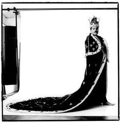 Gdyby Freddie Mercury żył, miałby już 70 (!) lat. Jego śmierć 24 listopada 1991 r. była wielkim ciosem dla fanów i całej branży muzycznej, lecz wpływy genialnego wokalisty grupy Queen widać po dziś dzień. Okazuje się, że Mercury na stałe wpisał się w modę i dzięki temu (oraz muzyce oczywiście!) nie umrze nigdy.